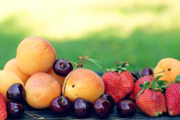 абрикосы клубника черешня
