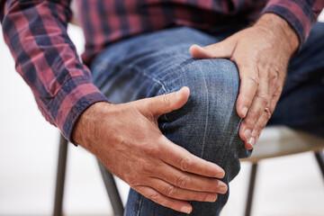 болит колено мужчина