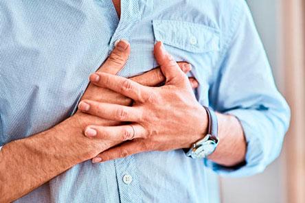 мужчина боль в груди