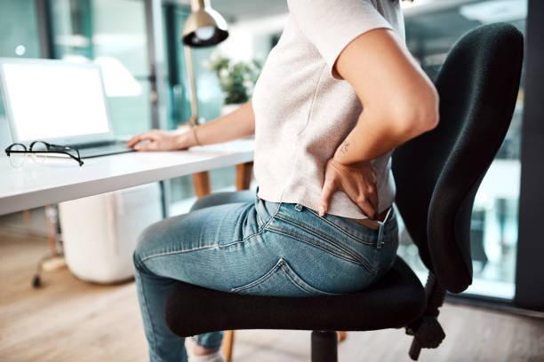 женщина в офисе болит спина
