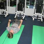 мальчик упражнение на тренажерах для позвоночника